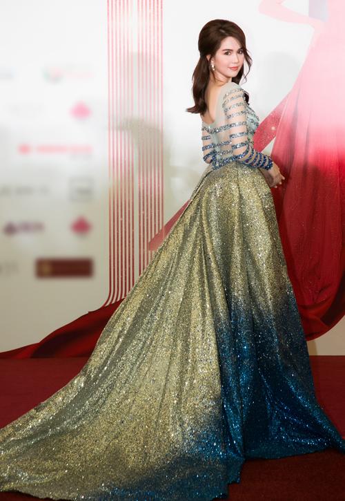 Cô diện bộ đầm dạ hội vải xuyên thấu, thân dưới lấp lánh kim sa màu ombre ảo diệu như một nàng tiên cá.