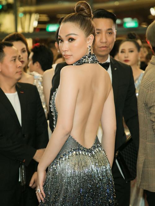 Quỳnh Thư khoe lưng trần với bộ váy yếm tua rua bạc sang chảnh.
