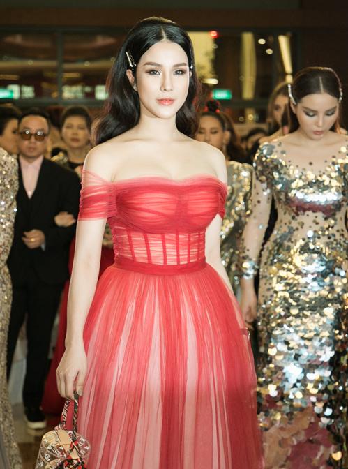 Diệp Lâm Anh trốn con đi Singapore dự sự kiện cùng hội bạn thân. Cô khoe vòng một sexy với bộ đầm siêu mỏng.