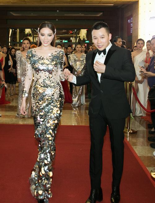 Kỳ Duyên nhận được giải thưởng phong cách trong đêm tiệc với chiếc váy đính vẩy bạc óng ánh ôm sát thân hình.