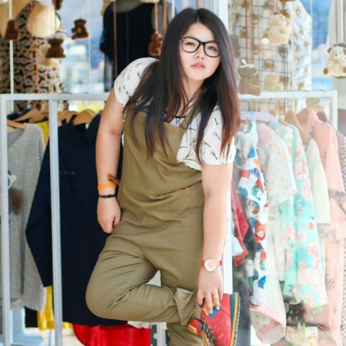 """<p> Benjaphorn Sine Chetsadakan, 22 tuổi, người Thái Lan, có ngoại hình mũm mĩm. Không mặc cảm bởi ngoại hình, Sine vẫn sống vui vẻ và nổi tiếng khắp mạng xã hội bởi những màn cosplay hài hước. Cô thường tận dụng các loại rau củ quả, dụng cụ nấu nướng trong nhà bếp... để làm đạo cụ.</p> <p> Sine tự lập bằng việc kinh doanh cửa hàng quần áo dành cho người có thân hình ngoại cỡ. Sine thường """"biến hình"""" thành các nhân vật nổi tiếng để quảng bá cho công việc. Sự nghiêp hóa trang của cô nàng bắt đầu từ đây.</p>"""