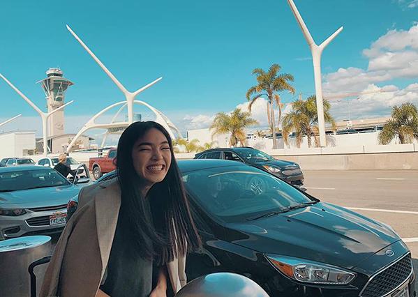 Châu Bùi cười tít mắt ra sân bay Los Angeles để trở về Việt Nam.