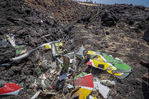 Hiện trường ngổn ngang mảnh vỡ từ vụ rơi máy bay kinh hoàng.
