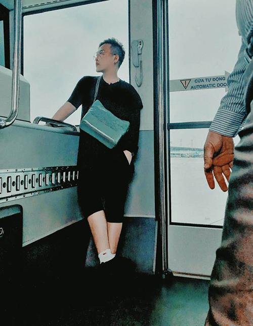 Trung Quân đứng trên xe trung chuyển ra sân bay trông cũng chất chơi chẳng khác gì chụp hình tạp chí.