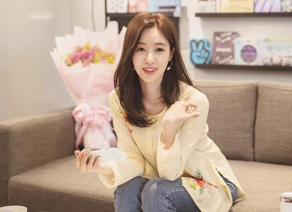 Eun Jung chọn diện áo bà ba của Việt Nam, nhí nhảnh tạo dáng dễ thương. Cô gắng chào fan bằng nhiều thứ tiếng.