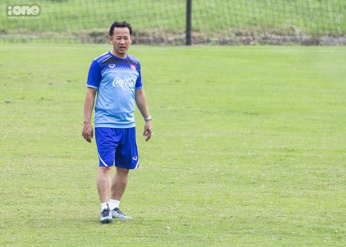 <p> Trợ lý ngôn ngữ Lê Huy Khoa trở lại với U23 Việt Nam. Sau vài tháng chia tay các ĐTQG, trợ lý Lê Huy Khoa đã trở lại để sát cánh cùng thầy trò HLV Park Hang-seo trước thềm vòng loại U23 châu Á.</p>