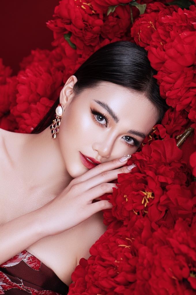 <p> Mới đây nhất, Nguyễn Phương Khánh được chuyên trang sắc đẹp Angelopedia vinh danh cùng các người đẹp Philippines, Venezuela, Mexico...<br /><br /></p>