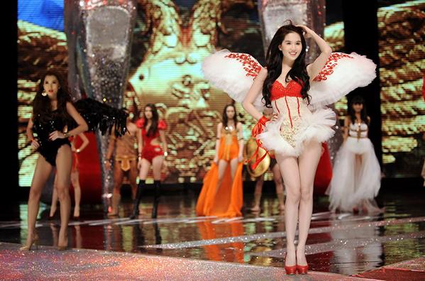 Làn da trắng bóc giờ đây đã trở thành thương hiệu của Ngọc Trinh. Sau Đêm hội chân dài 6, cô cũng được nhiều người gọi với cái tên nữ hoàng nội y. Trong chương trình, cô nổi bật trên sân khấu với vẻ ngoài kiểu thiên thần.