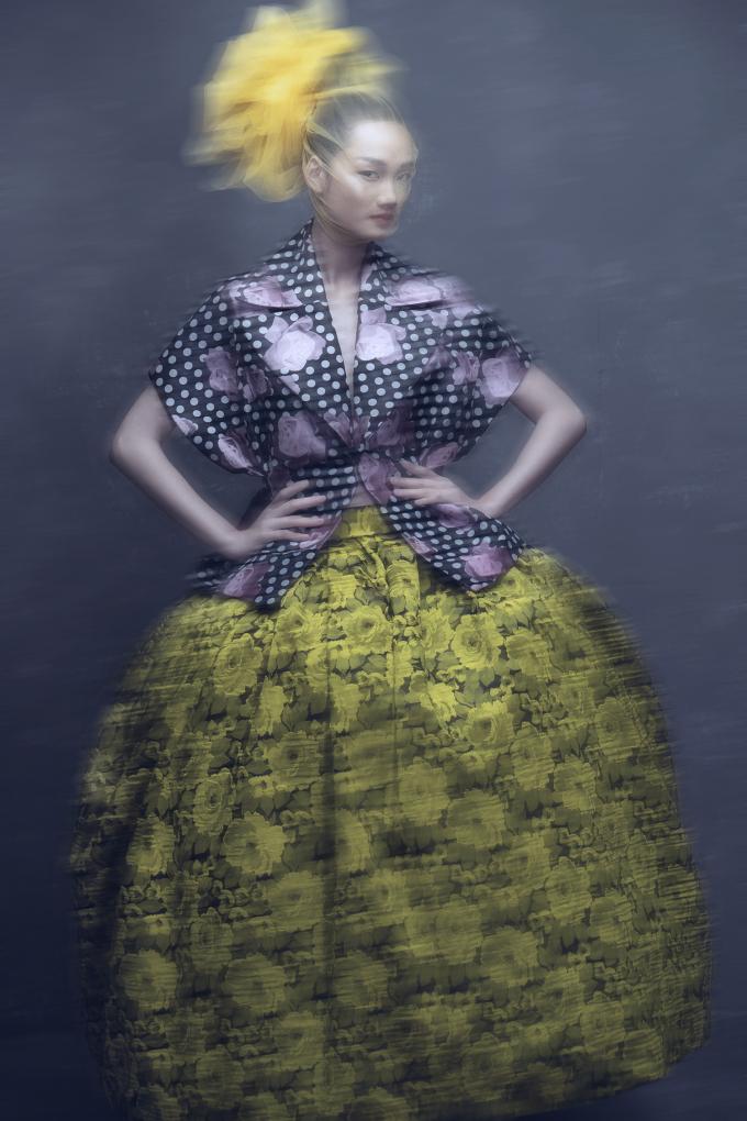 <p> Vốn có thế mạnh về việc kết hợp màu sắc, Đỗ Mạnh Cường vận dụng tối đa cho những thiết kế này. Mỗi trang phục đều có ít nhất 4 màu, phối theo 2 mô típ: tông xuyệt tông hoặc tương phản, nổi bật.</p>