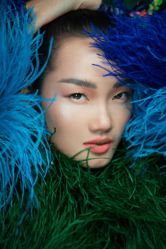 <p> Quỳnh Anh thể hiện thành công ý tưởng mà nhà thiết kế truyền tải trong bộ sưu tập. Biểu cảm sắc lạnh của cô giúp những set đồ càng thêm high fashion.</p>
