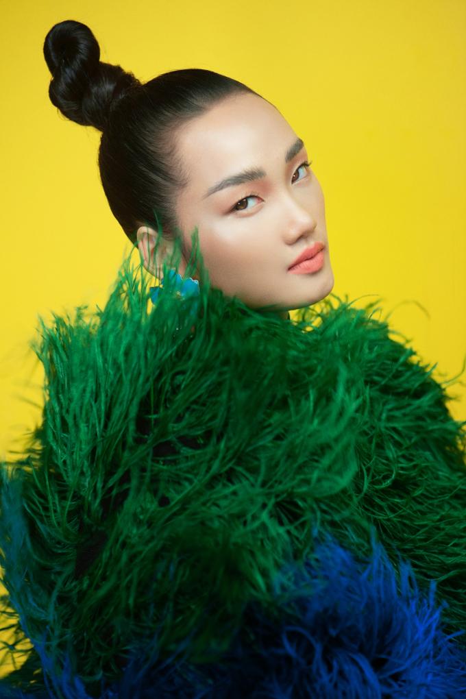 <p> Nhà thiết kế sử dụng đa dạng chất liệu như lông vũ nhân tạo, vải tweed, lụa, voan... được khai thác trong những phom dáng từ cơ bản đến lạ mắt.</p>