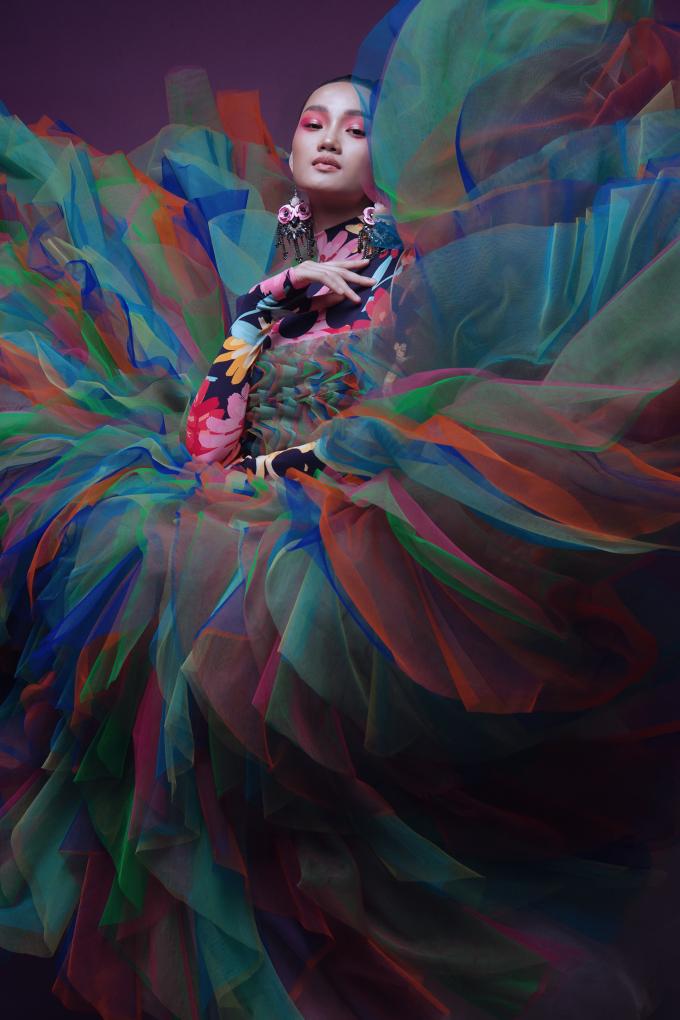 <p> Đỗ Mạnh Cường đánh giá Quỳnh Anh mới 20 tuổi nhưng đã có khả năng biến hóa đa dạng, biểu cảm xuất thần trong những bức hình tĩnh và động, tạo nên vẻ cuốn hút cho từng shoot hình.</p>
