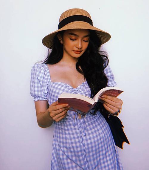 Váy phù hợp với cả những cô nàng có thân hình hơi đẫy đà với vòng một lớn như Kaity Nguyễn...