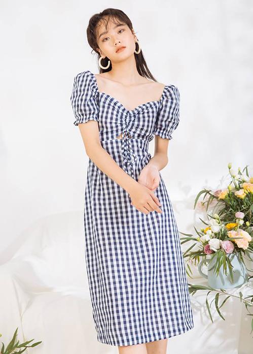 Đặc trưng của kiểu váy này là phần cổ vuông khoét rộng, giúp các cô gái khoe lưng và xương quai xanh gợi cảm. Đi kèm tay bồng, chiếc váy trở nên đầy cổ điển, không bị gợi cảm quá đà.