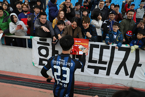 Công Phượng giao lưu với người hâm mộ trên sân.