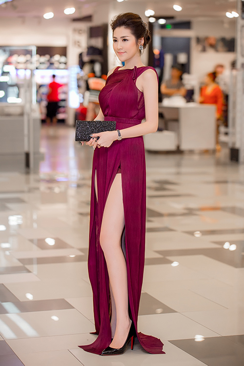 Á hậu Tú Anh chọn cách may thêm một lớp quần bảo hộ cùng tông màu váy để dù diện váy xẻ cao đến đâu cũng không lo bị hớ hênh.
