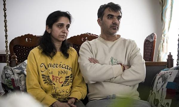 Manant Vaidya (phải) đã mất cha mẹ, em gái, em rể và hai cháu gái trong vụ tai nạn ở Ethiopia. Ảnh: AP.