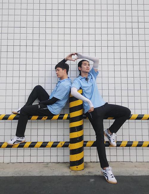 Ngô Kiến Huy - BB Trần mặc đồ đôi tạo dáng hài hước.