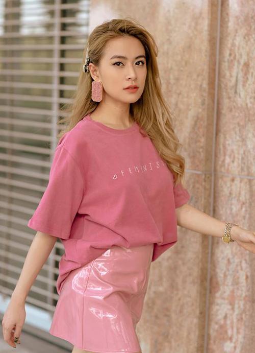 Hoàng Thùy Linh trẻ xinh trong cả cây đồ hồng ngọt ngào.