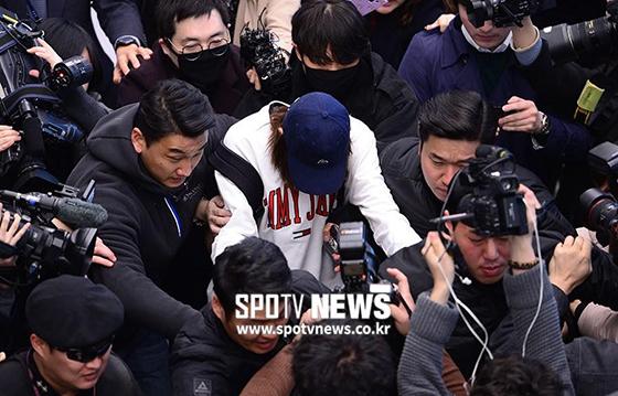 Jung Joon Young đang là tâm điểm chú ý nhất hiện nay. Group chat của anh và bạn bè bị lộ do có một thành viên mang điện thoại đi sửa.Người sửa điện thoại này đã giao nộp nội dung, video cho truyền thông, cảnh sát.