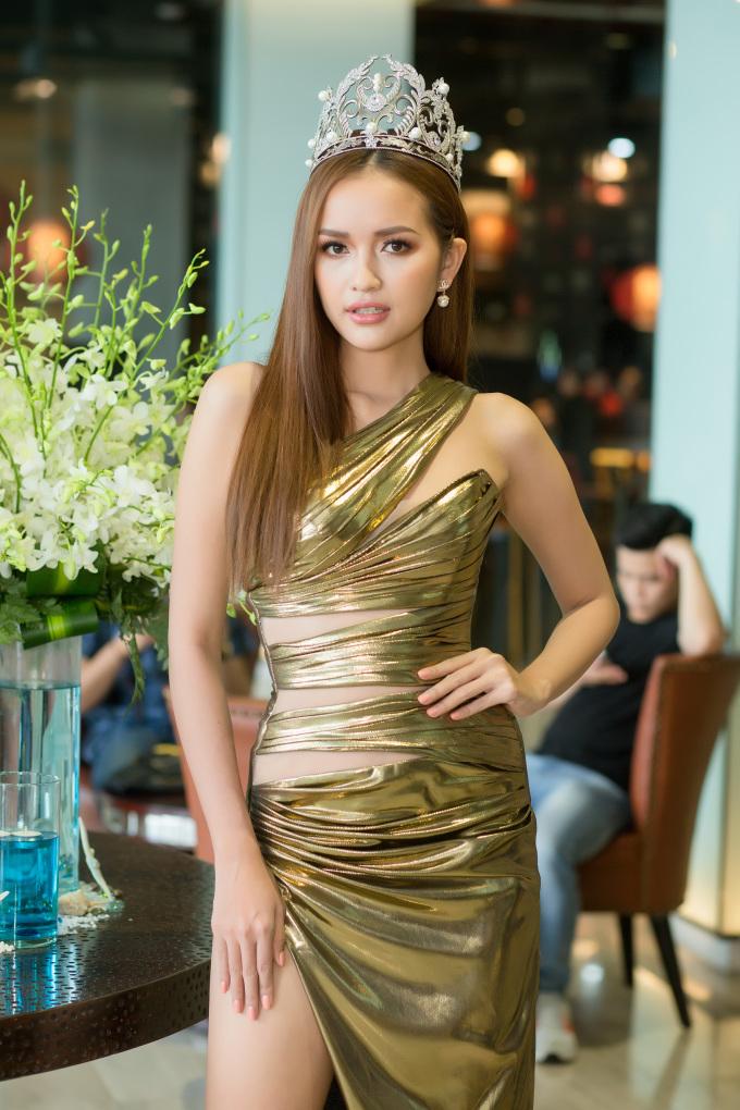 <p> Ngọc Châu lựa chọn trang phục của NTK Chung Thanh Phong với những đường cắt xẻ nhằm khoe đường cong, đôi chân thon dài.</p>