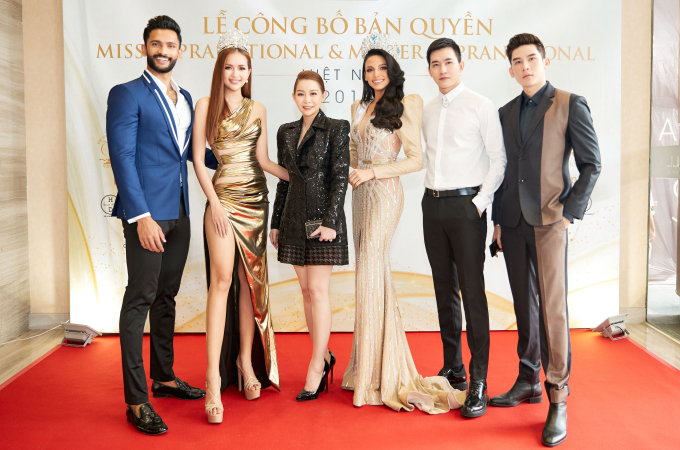 <p> Ký kết này còn đánh dấu việc lần đầu Việt Nam có đại diện tại đấu trường Mister Supranational. Siêu mẫu Minh Trung (ngoài cùng bên trái) được bổ nhiệm vai trò Giám đốc Quốc gia của cuộc thi này ở Việt Nam.</p>