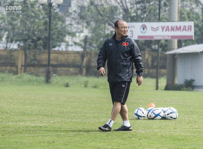 <p> Sáng 12/3, đội tuyển U23 Việt Nam có mặt tại trụ sở Liên đoàn Bóng đá Việt Nam tập luyện cho Vòng loại U23 châu Á 2020. HLV Park Hang-seo đã trở lại sau buổi tập vắng mặt chiều hôm qua do bận việc ở TP HCM.</p>