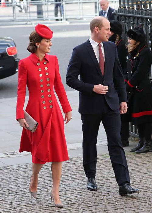 Khác biệt với Meghan, chị dâu Kate có sự lựa chọn nổi bật hơn hẳn cho dịp trọng đại này. Cô diện bộ váy đỏ thanh lịch, kết hợp với mũ tròn duyên dáng. Công nương cũng có sự lựa chọn tinh tế khi kết hợp giày và túi xách tông xuyệt tông.