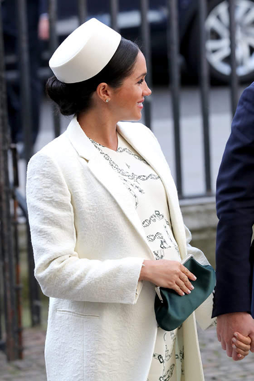 Không ít người cười chê trang phục của nữ diễn viên người Mỹ trông kém sang trọng, đặc biệt là khi cô có cách kết hợp phá vỡ quy tắc hoàng gia là diện cùng giày đối lập màu sắc.
