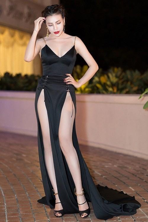 Dù gây tranh cãi, kiểu váy xẻ mạnh tay này vẫn được hàng loạt người đẹp Việt hưởng ứng, dần trở thành một kiểu mốt quen thuộc tại các sự kiện. Trà Ngọc Hằng cũng từng bị chê kém sang vì bộ váy khoe thân quá lố.