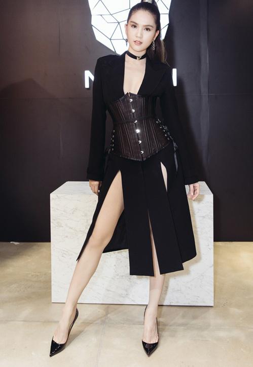 Ngọc Trinh bạo dạn chọn váy xẻ hai bên để tôn lên đôi chân thon dài.