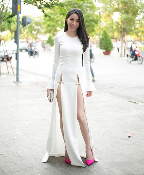 Mốt váy xẻ tà hai bên cao đến hông từng được Thủy Tiên lăng xê đầu tiên trong showbiz Việt. Thời điểm đó, cô bị nhiều khán giả ném đá là phản cảm.