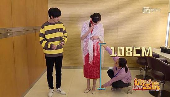 Mới đây, trong hậu trường của một show truyền hình, Quan Hiểu Đồng gây  chú ý khi thực hiện thử thách đo chiều dài chân (từ bàn chân đến xương  hông). MC của chương trình đã đo bằng thước dây và công bố chân của nữ  diễn viên dài 108 cm.