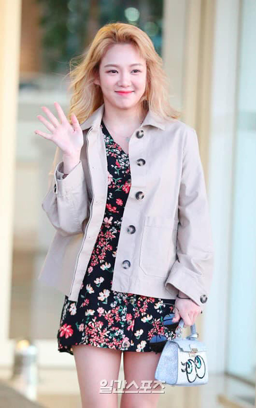 Hyo Yeon xuất phát đến Hawaii với trang phục đậm chất mùa hè gồm váy hoa, túi xách in hình vui nhộn. Thành viên SNSD dường như đã tăng cân, gương mặt mũm mĩm hơn trước.
