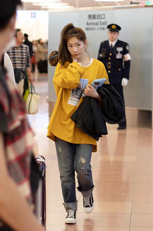 Tae Yeon khiến fan thán phục nhờ khả năng hack tuổi. Nữ ca sĩ buộc tóc cao mặc áo phông, quần jean rách năng động không kém học sinh cấp 3.