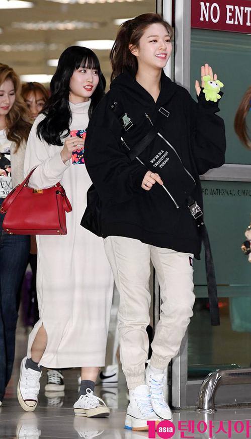 Jeong Yeon nhận mưa lời khen sau khi nối tóc. Nữ ca sĩ khoe trọn gương mặt xinh đẹp với kiểu tóc lộ trán, buộc cao. Jeong Yeon trung thành với trang phục thể thao, giày độn tăng chiều cao còn Momo khoe vẻ nữ tính với áo váy. giày đạp gót năng động.