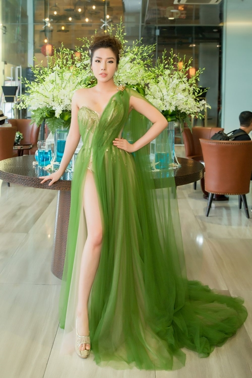 Á hậu Khánh Phương.