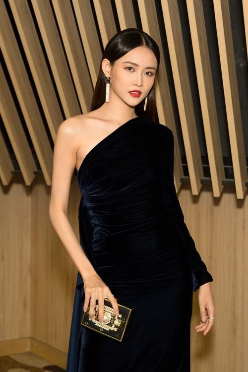 [CÁ hậu Trương Mỹ Nhân xuất hiện với chiếc váy đen huyền bí, khoe đôi vai trần quyến rũ.