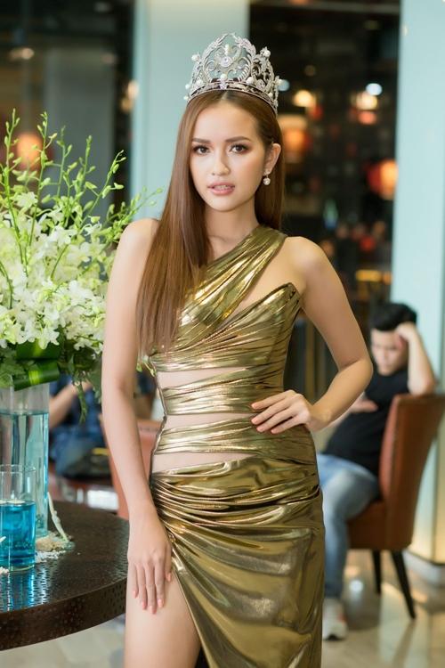 Hoa hậu Siêu quốc gia Việt Nam Ngọc Châu diện thiết kế xẻ đùi cao vút. Cô tự tin khi sẽ đại diện Việt Nam tại Miss Supranational 2019.