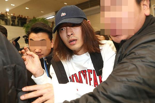 Jung Joon Young bị phóng viên bao vây khi trở về Hàn.