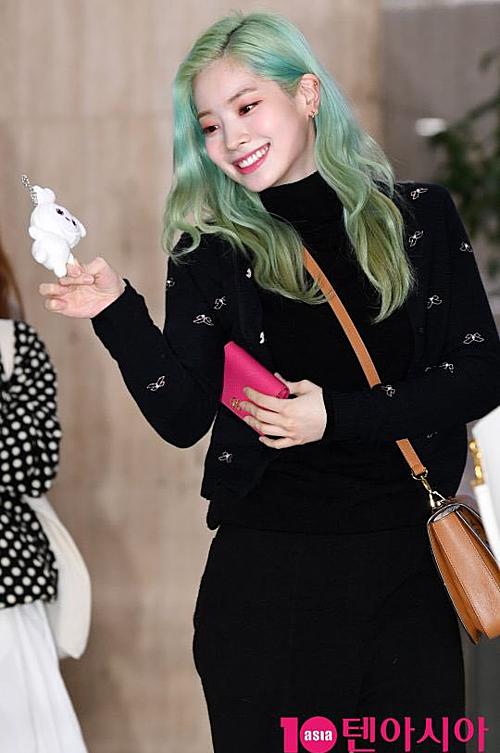 Da Hyun lộ lỗi trang điểm phấn sáng không đều, đặc biệt là ở vùng bọng mắt.