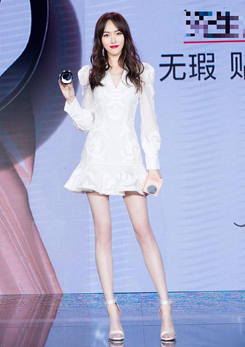 Nữ diễn viên vốn nổi tiếng với đôi chân dài, gầy guộc, chẳng bao giờ cần dùng photoshop kéo dài hay bóp chân.
