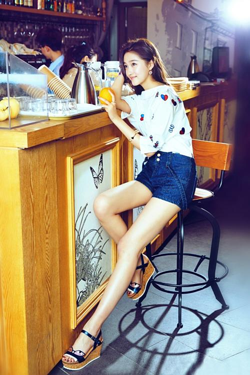 Theo hồ sơ đăng tải trên mạng, Quan Hiểu Đồng cao 1,72m. Với đôi chân  dài 108 cm, nữ diễn viên sinh năm 1997 nhận được nhiều lời khen về tỷ lệ  thân hình đẹp.