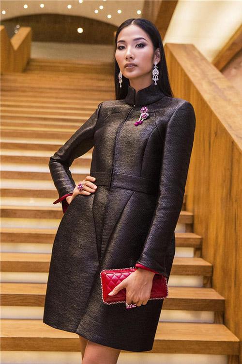 Hoàng Thùy gây bất ngờ khi diện một thiết kế của nhà mốt Chanel với mức giá lên tới 15.000 USD (gần 350 triệu đồng). Tuy nhiên tông màu tối cùng phom dáng kín cổng cao tường khiến vẻ ngoài của Á hậu trông nặng nề.