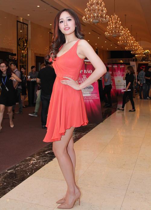 Mai Phương Thúy chịu chi cho chiếc váy có giá hơn 100 triệu đồng. Tuy nhiên từ chất liệu cho đến màu sắc của bộ đầm đều không toát lên vẻ sang trọng của hàng hiệu đắt đỏ.