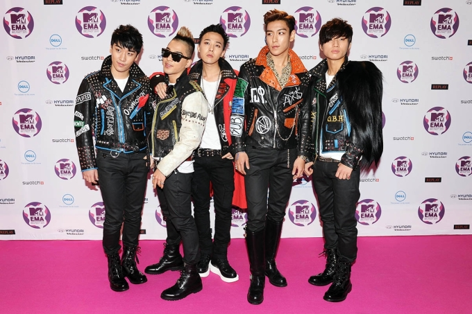 """<p> Theo thời gian, Big Bang ngày càng thoát khỏi phong cách ăn mặc ngây ngô, thay vào đó là style """"dị dần đều"""" và dần trở thành fashion icon với giới trẻ. Trong hình, cả nhóm mặc áo khoác da đinh tán hầm hố đến dự giải MTV Europe Music Award 2011 để nhận giải """"""""Best Worldwide Act"""".</p>"""
