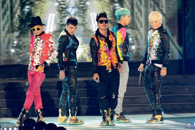 <p> Dù nhận nhiều tranh cãi về phong cách, Big Bang vẫn tạo nên màu sắc riêng biệt trong Kpop. Cả nhóm thường diện những bộ quần áo sặc sỡ, dày đặc họa tiết, phối đồ ngẫu hứng đi kèm màu tóc nổi bật.</p>