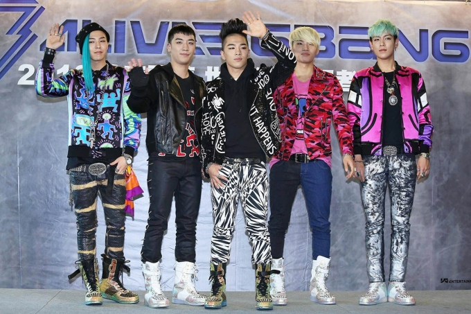 """<p> Trong một buổi gặp gỡ fan tại Đài Loan, 5 thành viên diện mỗi người một kiểu đồ nhưng vẫn tạo nên sự hòa hợp với những chiếc jacket đi cùng boots cổ cao hầm hố. Đây cũng là thời gian G-Dragon gắn liền với mái tóc """"bên dài bên ngắn"""" nổi tiếng một thời.</p>"""