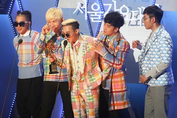 <p> Họa tiết kẻ được nhóm chọn làm điểm nhấn chung trong trang phục nhận giải ở Seoul Music Awards 2013. Với màu sắc vui nhộn, đây cũng là một trong những bộ cánh khó có thể quên của Big Bang.</p>