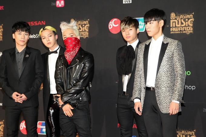 """<p> Mê đồ cool ngầu không có nghĩa là Big Bang không chinh phục được đồ suit. Tại Mnet Asia Music Awards 2013, cả nhóm mang đến diện mạo đáng nhớ, trong đó nổi bật nhất là Tae Yang với khăn bịt mặt và G-Dragon với đầu """"bổ luống"""".</p>"""